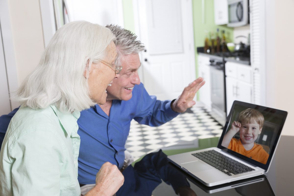Abuelos: Besos, abrazos y acurruques a distancia